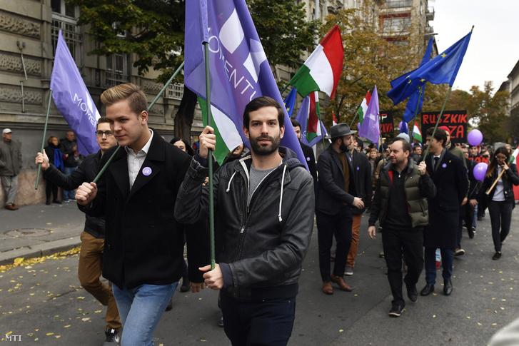 Fekete-Győr András a Momentum elnöke (k) érkezik a Közös ellenzéki tüntetésre 2018. október 23-án