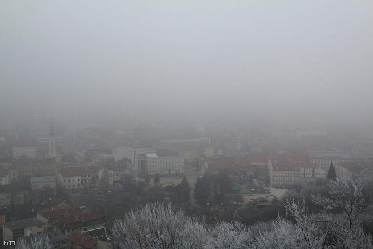 Miskolc belvárosa 2017. január 2-án, amikor a szálló por koncentrációja szintén átlépte a tájékoztatási küszöbértéket