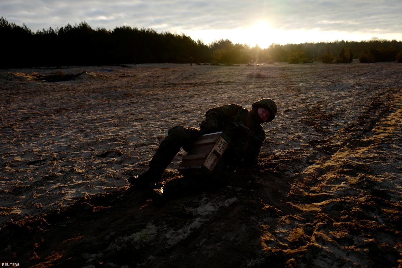 Krasnodebski töltényes ládát vonszol a szántón