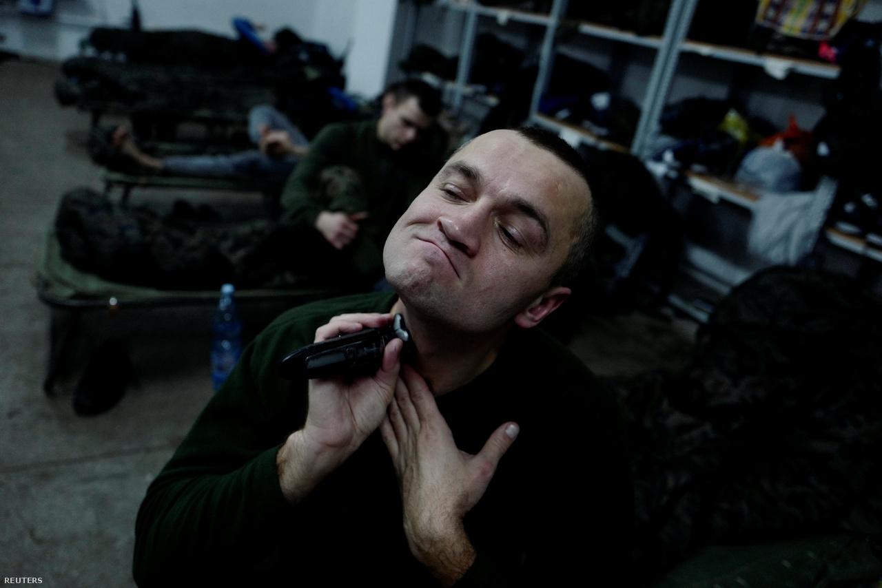 Wierzbicki a barakkban borotválkozik