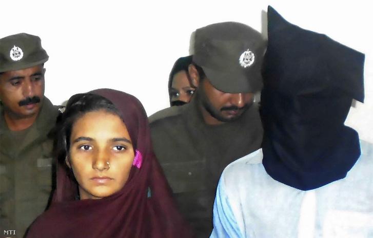 2017. október 30-i kép Ászija Bibi pakisztáni nőről a barátja, Sahíd Lasari mellett (j) egy rendőrőrsön, a pakisztáni Muzaffargarhban. 2018. november 9-én egy pakisztáni bíróság többszörös életfogytiglani börtönbüntetést szabott ki a párra, akik megmérgezték az asszony családjának 17 tagját. A nőt akarata ellenére adták férjhez 2017. szeptemberben Amdzsád Husszainhoz az ország középső részén levő Rádzsapúrban. Az asszony egy hónappal később szövetkezett Lasarival, és megmérgeztek egy tejeskannát, amelyből a teljes 27 tagú család ivott. A méreg 17 családtaggal végzett. Bibi férje túlélte.