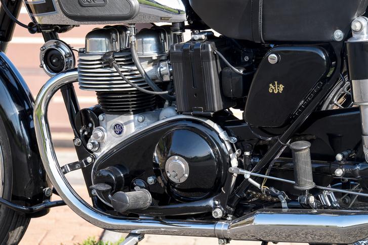 A régi angol motorok bal oldala sosem olyan szép a primerlánc-tok miatt. Azaz vannak, amiken ez öntött és gravírozott, de jellemzően ez a látvány