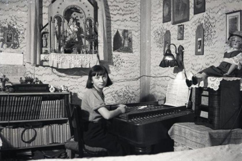 Hatalmas porcelánbaba figyelt a szekrény tetején. (1934)