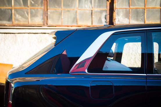 Nagyon jellegzetesen Rolls-os a hátsó díszléc