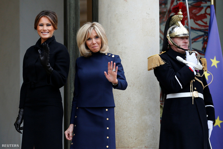 Brigitte Macron fogadja Melania Trumpot az Élysée-palota bejáratánál Párizsban