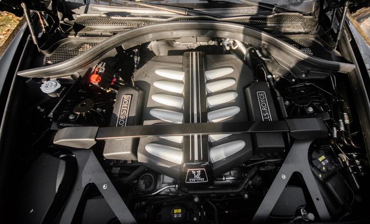 V12-es hosszában, nagyrészt az első tengely mögött