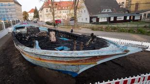 Felgyújtották a Wittenbergben emlékműként kiállított menekültbárkát
