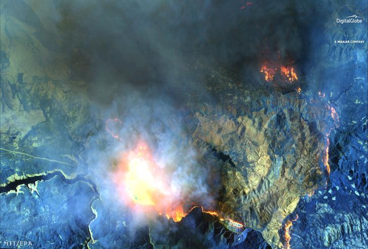 A DigitalGlobe műholdjával készített infravörös rövidhullámú felvétel a kaliforniai Paradise-ban tomboló erdőtűzről 2018. november 9-én.