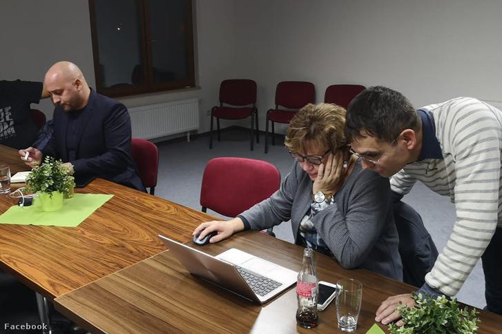 Menyhárt József MKP-elnök (bal oldalt) Dunaszerdahelyen figyeli az érkező adatokat 2018. november 11-én