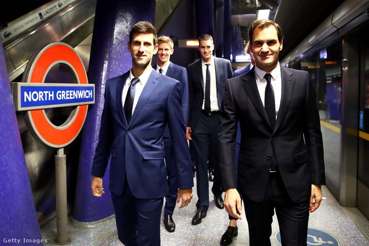 Novak Djokovics és Roger Federer a londoni Greenwich metró megállóban 2018. november 9-én.