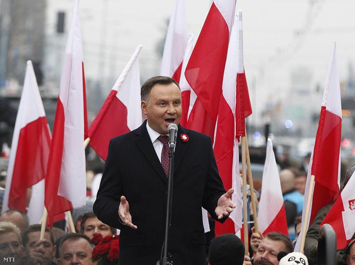 Andrzej Duda lengyel elnök a Lengyelország függetlensége visszaszerzésének 100. évfordulója alkalmából tartott varsói felvonuláson