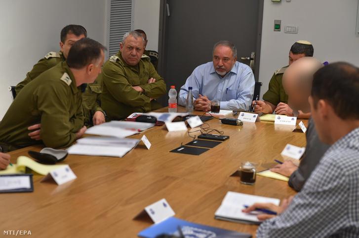Az izraeli védelmi minisztérium felvételén Avigdor Lieberman izraeli védelmi miniszter (k) katonai rendészekkel egyeztet Tel-Avivban 2018. november 12-én.