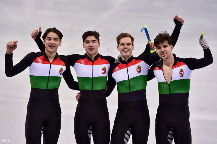 Liu Shaolin Sándor, Liu Shaoang, Knoch Viktor és Burján Csaba (b-j), a győztes magyar válogatott tagjai a phjongcshangi téli olimpia férfi 5000 méteres váltó rövidpályás gyorskorcsolyaversenyének döntője után a Kangnung Jégcsarnokban 2018. február 22-én.