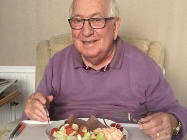 Jelenleg nincs menőbb a 85 éves kajabloggernél, aki az idősek otthonából posztol