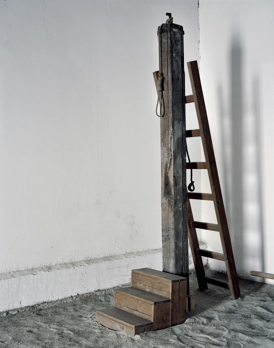 Bitófa a Kisfogházban.Az 1956-os forradalom leverését követően a népbíróságok 1956 novemberétől 1963-ig mintegy 26000 embert ítéltek hosszabb-rövidebb börtönbüntetésre vagy halálra. A halálos ítéleteket legtöbbször a Kisfogház udvari részében hajtották végre. Itt hajtották végre Nagy Imre és társai halálos ítéletét 1958.június 16.-án kora hajnalban is. A Kisfogház ma már múzeumként funkcionál.
