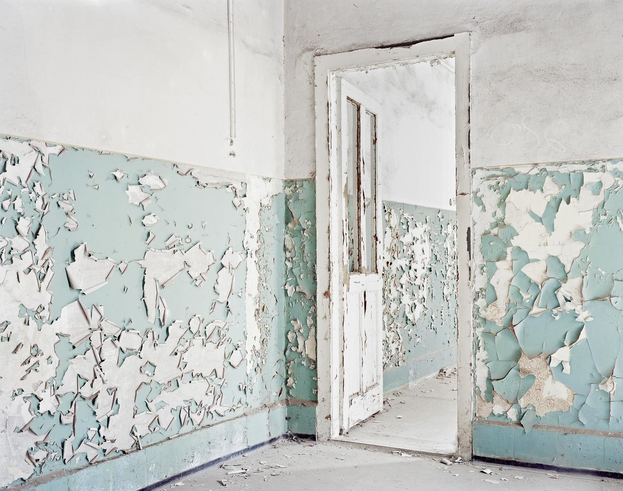 """Részlet a Kistarcsai Internálótáborból.1949 tavaszán a Buda-déli internálótábor foglyait átköltöztették Kistarcsára. Ettől fogva ez lett a központi internáló- és gyűjtőtábor. 1950. május 5-én az Államvédelmi Hatóság elfoglalta a tábort. Minden ablakot bemeszeltek, a """"szabad"""" mozgást pedig betiltották a tábor területén. Kistarcsán az öt férfi és egy női """"ezred"""" létszáma 2–3000 fő között mozgott. Ágyak hiányában a földön, matracokon vagy pokrócokon aludtak, egy személyre 50–60 centiméter jutott. A parancsnoksági épület mellett állt a régi ütött-kopott fogdaépület."""