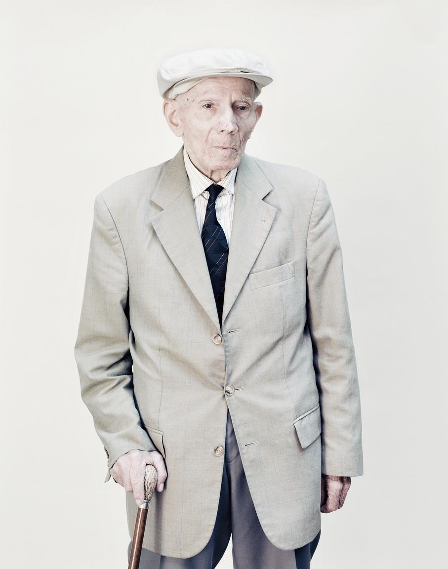 """Balogh Ferenc 23 éves egyetemi hallgató volt, amikor letartóztatták 1951-ben. Tíz nap múlva lett volna az esküvője akkori menyasszonyával. A vád katolikus ifjúsági táborok szervezése volt. Két évet ült a Kistarcsai Internálótáborba és szülei jó ideig semmit sem tudtak fiúk hollétéről. 1953-ban szabadult miután Nagy Imre miniszterelnök elrendelte az összes internáló és munkatábor bezárását. Szabadulása után feleségül vette a menyasszonyát, akit emiatt azonnal kirúgták az egyetemről.""""1951. május 11-én éjjel 2 órakkor tartóztattak le az Államvádelmi Hatóság emberei. Ezt nem lehet elfelejteni. Három hónapig éjjel-nappal ment a kihallgatás. Utána aláírattak velem egy internálási határozatot. Először nem akartam aláírni, de láttam, hogy most jönnek és szétverik a fejemet. Fejem a falba verték, és belémrúgtak. A cellába az ágyon mozdulatlanul kellett feküdni, mert ha az ember megmozdult, akkor fel kellett állni és támasztani egy kihegyezett ceruzát a homlokával a falhoz."""" (Balogh Ferenc)"""