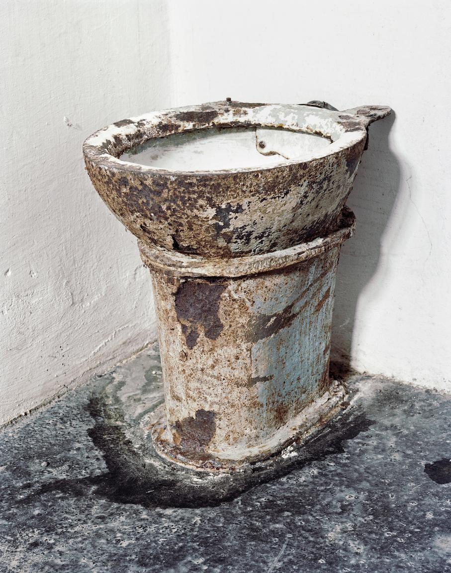 WC kagyló a Kisfogházban. A korszak gyakori kínzási módszere volt a sóval etetés, majd a wc-ből itatás.A Kisfogház a Gyűjtőfogházon belül működött, mint büntetőrészleg. A foglyok kedvezményeit 1949-től elvették, nem írhattak levelet, nem fogadhattak látogatót, nem tarthattak tisztálkodási szereket. Orvosi kezelés 1950 és 1953 között nem létezett. A fogvatartók politikai hűségük jeleként egyre többször alkalmaztak erőszakot a foglyokon. A bebörtönzöttek száma 1950 és 1954 között volt a legmagasabb, ekkora már a magánzárkarendszert sem tudták fenntartani. A Kisfogház befogadóképességét 400 főre tervezték, ennyi embert tudtak elhelyezni a 68 magánzárkában és a 156 közös zárkában. A Kisfogház cellái közül a legnagyobb 6x5 méteres volt, ahova zsúfoltság esetén több mint 10 embert is bezártak.