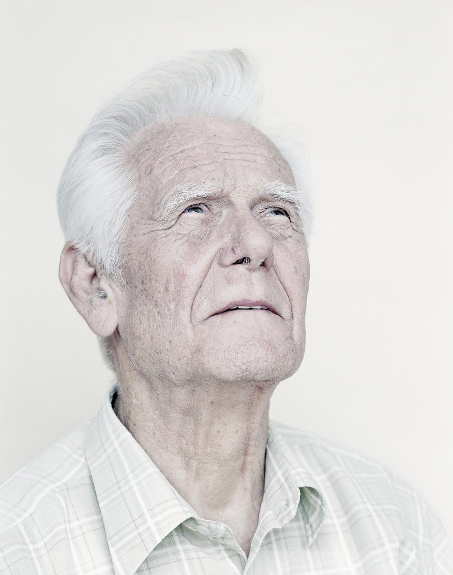 """Válóczy István 23 éves volt még csak, amikor egy 1956 novemberi tűzharc tanújaként beidézték, kihallgatták, majd saját vallomása alapján letartóztatták. A vád tűzharc megszervezése és irányítása volt. Bírósági ítélete: életfogytiglani börtön, teljes vagyonelkobzás és 10 év politikai jogoktól való eltiltás. Végül 5 év 3 hónap után amnesztiával szabadult 1963-ban. Édesanyját épp akkor veszítette el  amikor  börtönéveit töltötte a Gyűjtőfogházban, de ezt is csak később árulták el neki a börtönőrök. Valamint felesége is elvált tőle a fogság alatt, amikor közös gyermekük még csak 2,5 éves volt.""""A börtönben a sétán felfelé nézni nem szabadott, de amikor esett az eső vagy a hó, akkor a tükröződésbe láttuk az eget. Csak lehajtott fejekkel és hátratett kézzel lehetett sétálni...Az ember, amikor kijön a börtönből, azt veszi észre , hogy színes a világ. Színek vannak. Bent minden szürke. A hétköznapok is ilyen szürkék.Szürkék a falak. Szürkék az örök ruhái, minden szürke. Szürke a kilátástalan börtönidő. Egy"""