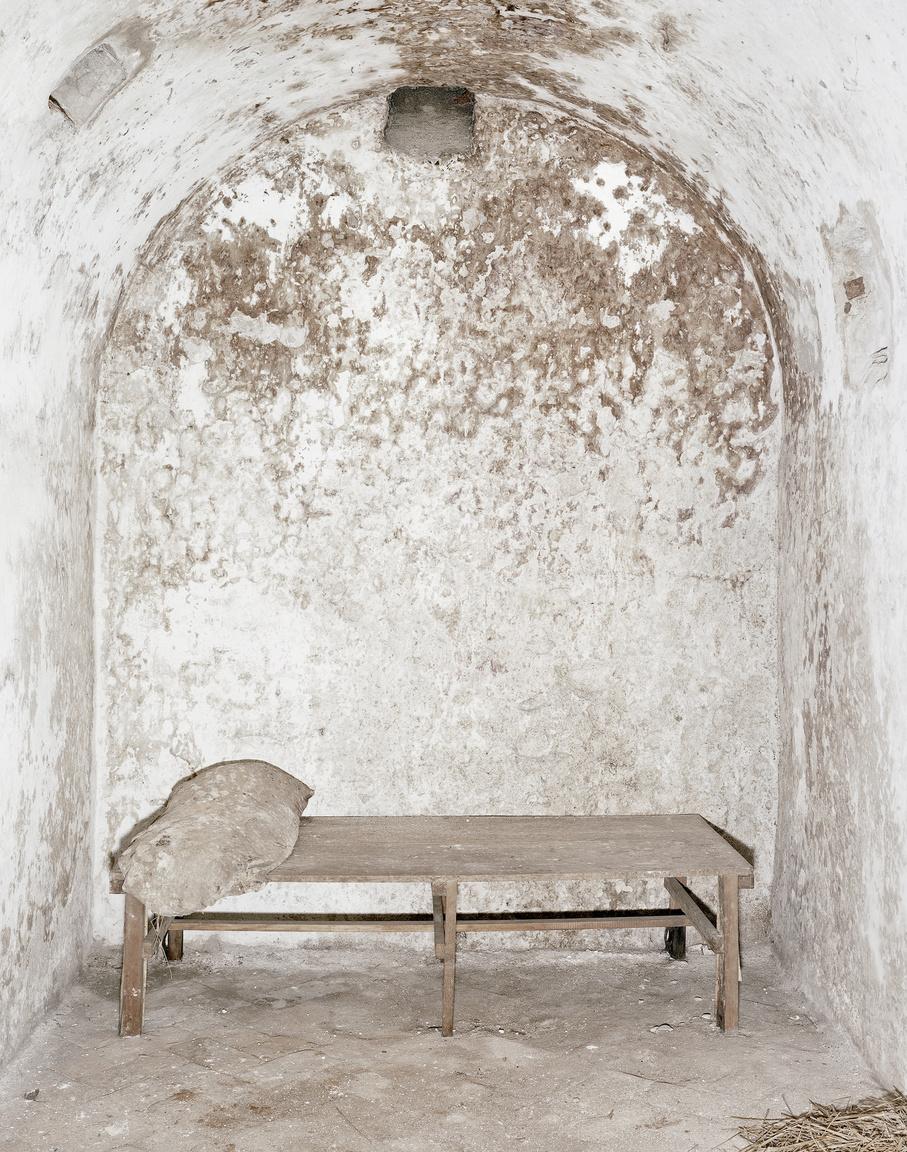 Egy sziklába vájt sötétzárka a Veszprémi Várbörtönben a -3.szinten.Egy rövid ideig még Mindszenty József veszprémi püspök is raboskodott itt. Az 1980-as évektől egy ideig köztörvényes bűnözők is töltötték itt szabadságvesztésüket, míg nem végleg bezárt a börtön ezen része.