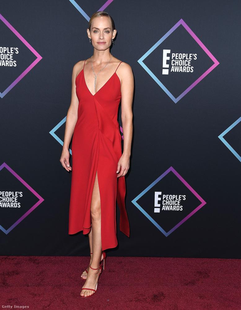 Amber Valetta modell-színésznő egy klasszikusan vörös és klasszikusan hálóing-fazonú ruhát vett fel aznap estére, ami jól áll neki, persze, hogy jól áll neki, de mondjuk el nem ájultunk tőle