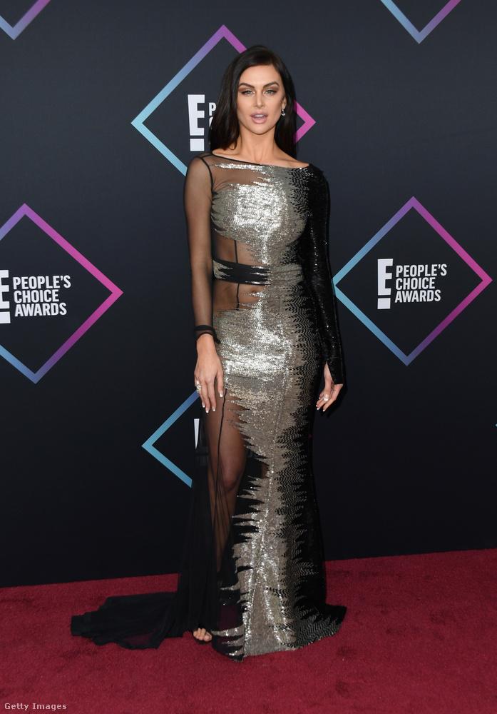 Lala Kent realitysztár fémes-áttetszőben nyomult aznap, öt éve még mekkora szenzáció lett volna ez a ruha!