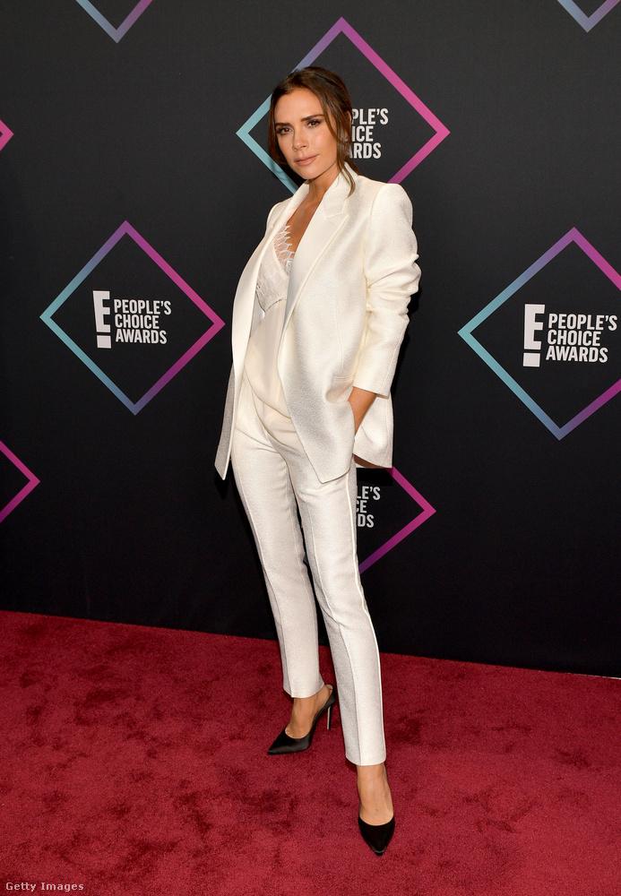 Victoria Beckham meg fehérben volt férfias, és távoli-egészalakos képről nézve egyszerűen csak nincs sok izgi ebben a szettben sem a tipikusan poshspice-os pózon kívül.