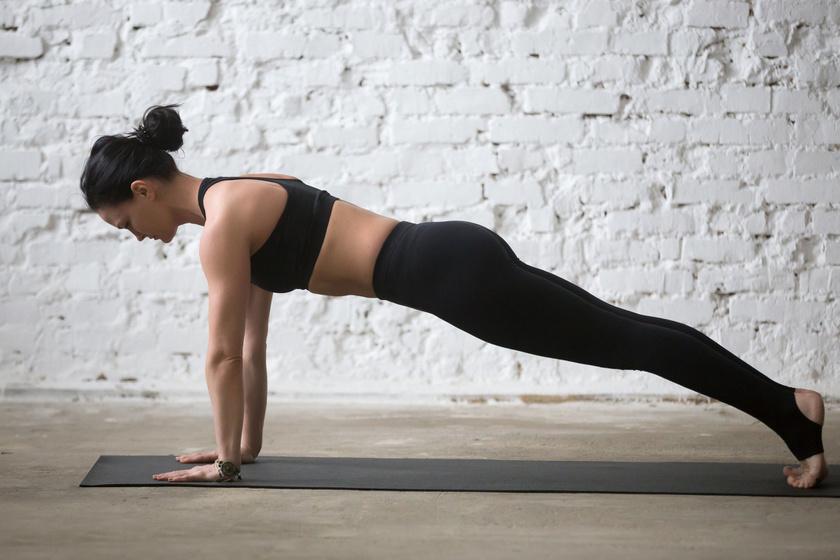 Az alapgyakorlat lényegében egy statikus fekvőtámasz. Végzése közben sarokkal nyújtózz hátrafelé, fejtetővel előre, ügyelj, hogy ne essen be a derekad, a karok pedig a vállak alatt legyenek!