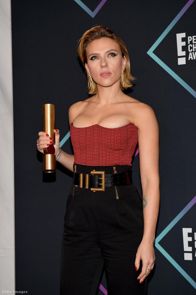 Johansson nyerte a 2018 legjobb női filmsztárja címet, ami azért kicsit vicces, mert ebben az évben annyi volt a színésznő mozis outputja, hogy egy bábfilmben egy kutya hangját szinkronizálta, valamint a Bosszúállók: végtelen háború című szuperhősfilm százhuszonnyolc főszereplője közül ő volt az egyik