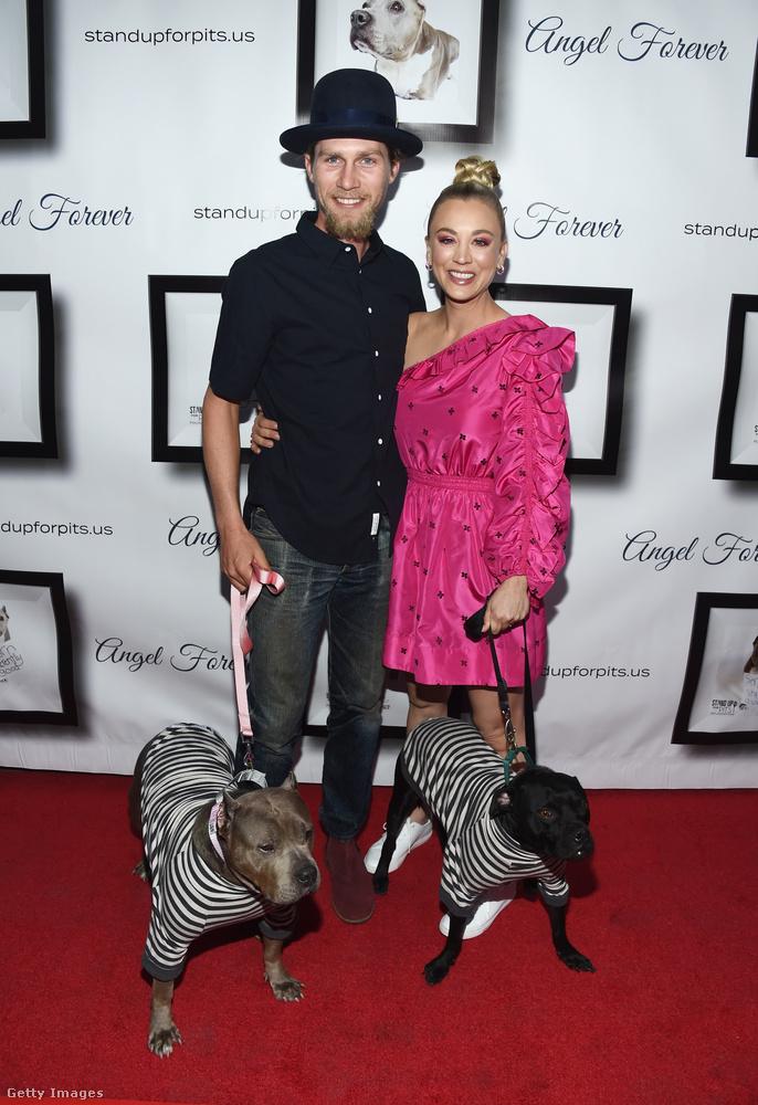 Sőt, egy férje is van, a szintén Szakács vezetéknevű Karl Cook, plusz, ahogy a képen látjuk, két kutyát tartanak.