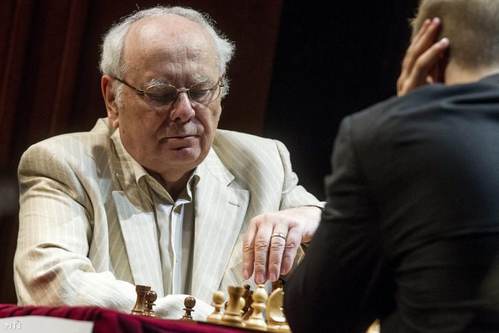 Portisch Lajos, a Nemzet Sportolója (b) és a tavalyi rapid Európa-bajnok Rapport Richárd a Játékszínben megrendezett generációk sakkcsatáján 2014. május 3-án.