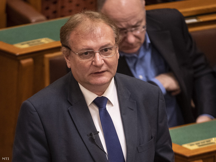 Hiller István szocialista képviselő, az Országgyűlés alelnöke interpellál az Országgyűlés plenáris ülésén 2018. november 12-én.