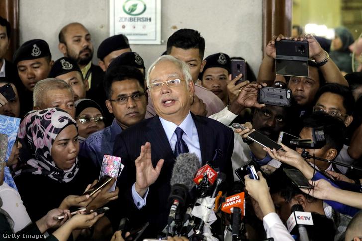 Najib Razak maláj exkormányfő, a kuala lumpuri bíróság épülete előtt 2018. szeptember 20-án