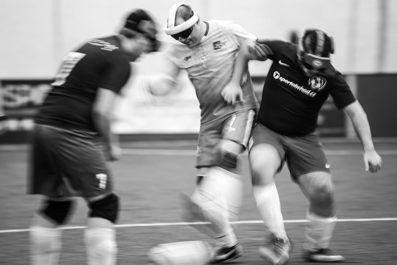 """A vakfoci elég kemény sport, a kézilabda is eszünkbe juthat, ahogy a védők szinte falat képeznek, és a test-test elleni küzdelem is elég látványos. Nem igazán lehet finomkodni. """"Nem kell túlbonyolítani a vakfocit. Sémák alapján működik ez a foci is, olvasni kell tudni a játékot, és megpróbálod lezárni a passzsávot és levédekezed az ellenfelet. Elmondva persze tök egyszerű.Jó labdavezetésre és tájékozodási érzékre van szükséged, kábé ennyi. Lehetsz technikás, a vak hátvéd úgyse látja, hogy pörgeted a labdát"""" – mondta Szabó István (középen).                          A vakfoci az a sport, amit nem csak lábbal, hanem szájjal is muszáj játszani. A játékosok folyamatosan kiabálják, hogy: """"Itt, itt, itt."""", ha passzra várnak, mikor pedig mozgásba lendülnek, akkor  a """"Voy, voy, voy"""" – szól, a spanyolból vett jövökkel figyelmeztetik egymást."""