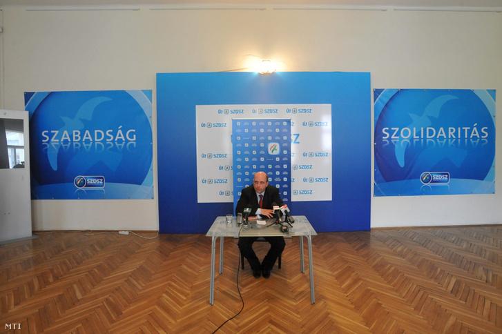 Retkes Attila, a Szabad Demokraták Szövetségének elnöke sajtótájékoztatót tart Budapesten, pártja Gizella utcai székházában 2010. április 20-án