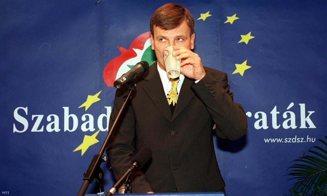 Demszky Gábor Budapest főpolgármestere vállalja a pártelnöki jelölést az SZDSZ tisztújító közgyűlésén 2000. október 17-én