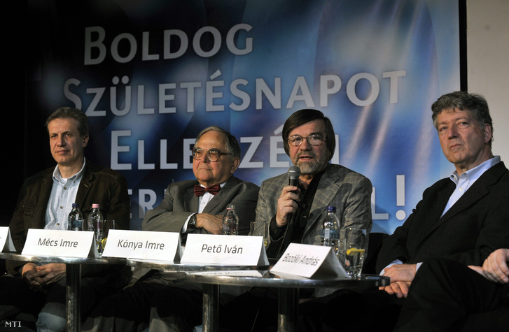 Magyar Bálint volt oktatási miniszter és SZDSZ-es országgyűlési képviselő, Mécs Imre MSZP-s országgyűlési képviselő, Kónya Imre, az egykori Független Jogászfórum vezetője és volt belügyminiszter és Pető Iván SZDSZ-es országgyűlési képviselő részt vesz a Húszéves az Ellenzéki Kerekasztal elnevezésű rendezvényen a Gödör Klubban, 2009 március 28-án.