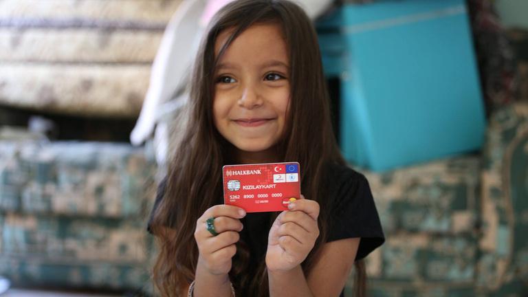 Miért kapnak anonim bankkártyát a menekültek?