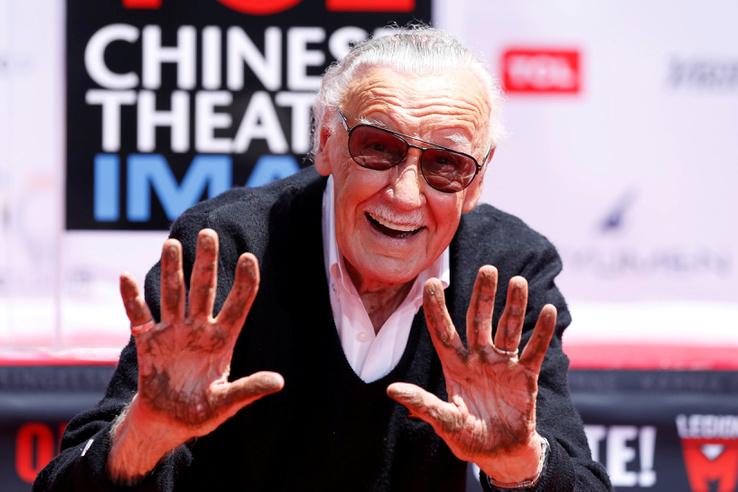 Stan Lee mutatja a cementes kezét, miután a cementbe tette kéznyomát a TCL Chinese mozi átadó ünnepségen 2017. július 18-án