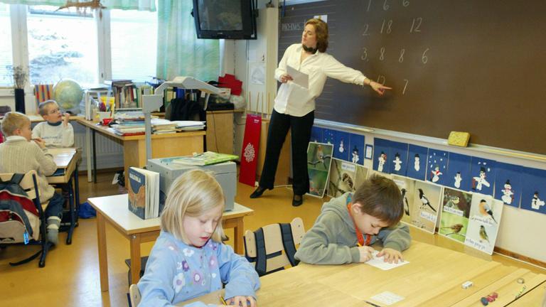 Észrevette egy tanár: fű alatt csökkentették a garantált bérét