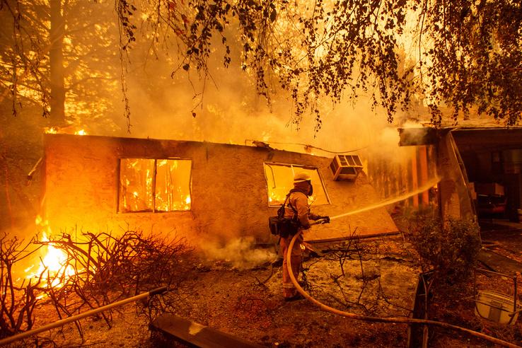 Los Angeles és Ventura megyékben közel 150 ezer embert kellett kitelepíteni az elmúlt órákban.
