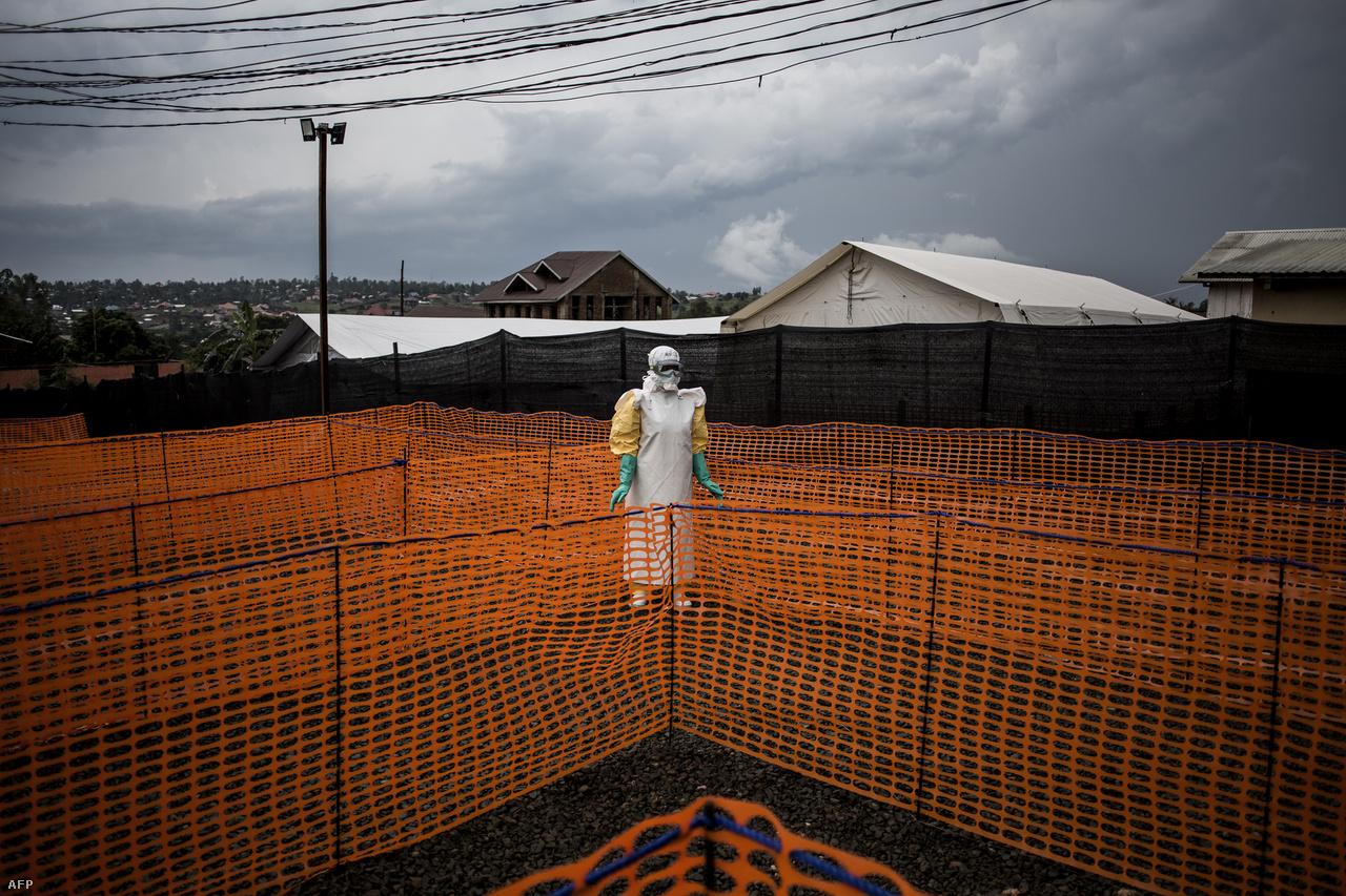 Védőruhába öltözött orvos várja egy újabb ebolás betegés érkezését..Arra számítanak, hogy a járvány még három-négy hónapig is eltarthat, de ha a biztonsági helyzet nem javul, akkor ennél nagyobb baj is lehet, mondta Peter Salama, a WHO vészhelyzeti reagálású vezetője.
