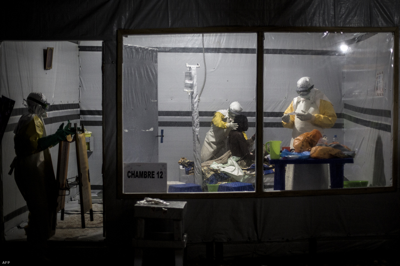 Orvosok kezelnek egy ebolás beteget az Orvosok Határok Nélkül (MSF) által támogatott létesítményben Butembóban..Az nem tér el a 2014-es nyugat-afrikai járványtól, hogy a Kongói DK-ban is sokszor ellenállásba ütköznek az egészségügyi dolgozók, miután a helyiek a hagyományoknak megfelelően akarnak búcsúzni halottaiktól, ami azonban kockázatot jelent. Az áldozatok biztonságos eltemetését végző, védőruhába öltözött szakértőkat kövekkel dobálták meg szeptemberben, és a Vörös Kereszt három munkatársa is megsebesült, közülük ketten súlyosan.