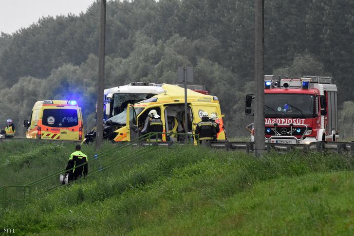 Ütközésben összetört mentőautó Szolnokon a Debreceni úton 2018. június 27-én. A balesetben a mentőautó és egy utasokat szállító autóbusz ütközött.