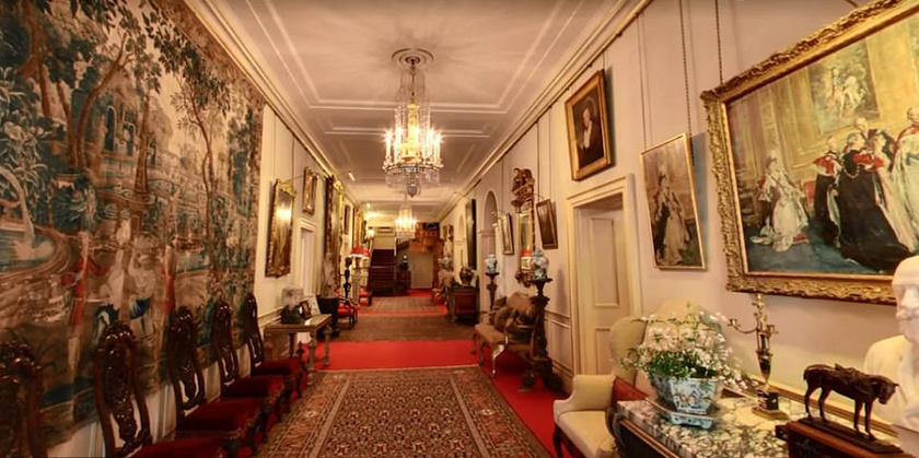 Károly herceg otthonában még a folyosók is múzeumba illőek.