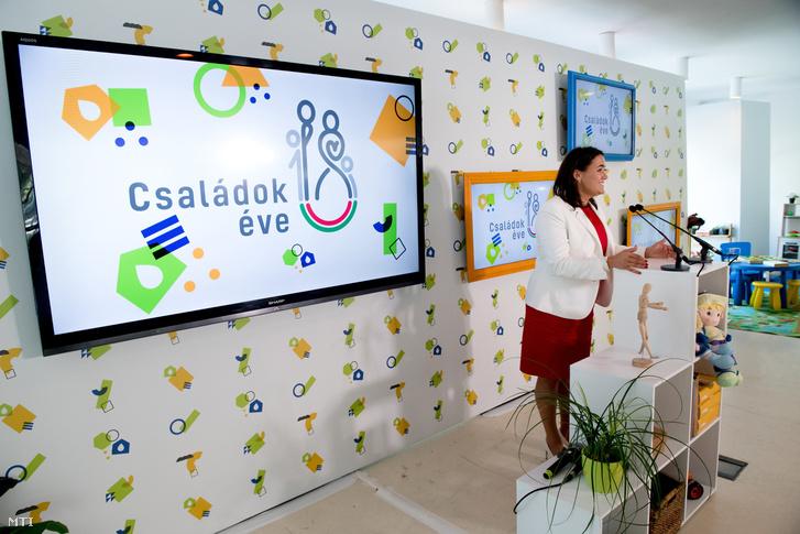 Novák Katalin család- és ifjúságügyért felelős államtitkár ismerteti A családban élni jó elnevezésű új kormányzati kampányt 2018. szeptember 10-én.