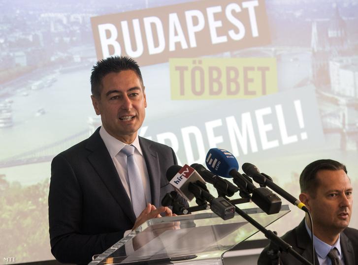 Horváth Csaba a Magyar Szocialista Párt (MSZP) fővárosi képviselője (b) beszédet mond az MSZP budapesti szervezetének 2018. október 18-án. Jobbra Molnár Zsolt.