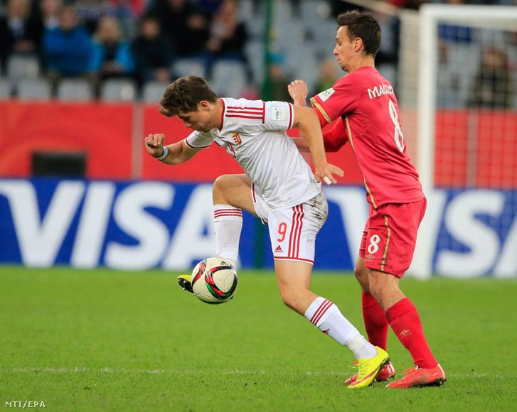 Mervó Bence és a szerb Nemanja Maksimovic (j) a Magyarország-Szerbia mérkőzésen Dunedinben 2015. június 10-én
