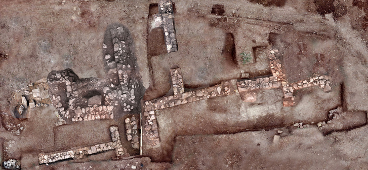A görög kulturális minisztérium által 2018. november 13-án közreadott, keltezetlen kép falmaradványokról az ókori Tenea romvárosban, a Peloponnészoszi-félszigeten, a jelenkori Khiliomodi falu közelében. Régészek 2018 kora őszén tárták fel az eddig csak ősi szövegekből ismert várost, amelyet az ókori leírások szerint trójai hadifoglyok alapítottak a Kr.e. 12-13. században.