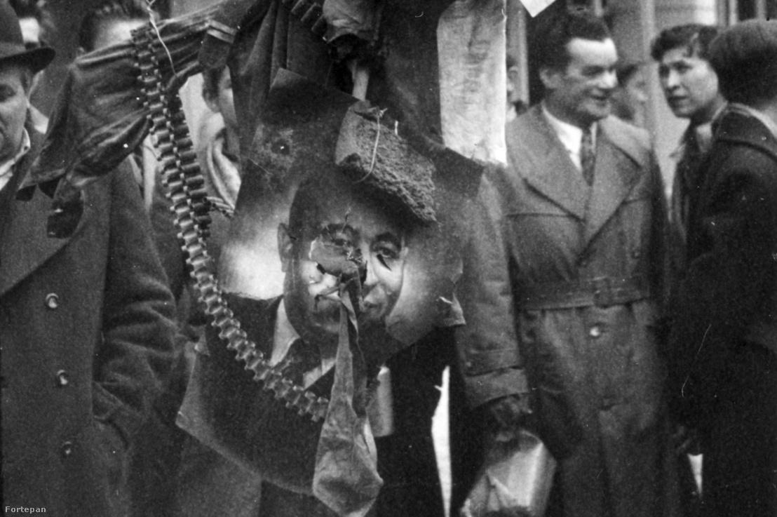 1956-ban készült kép József körút 46. számú ház előtt, forradalmi madárijesztő Rákosi fotójával